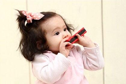 Bébé harmonica
